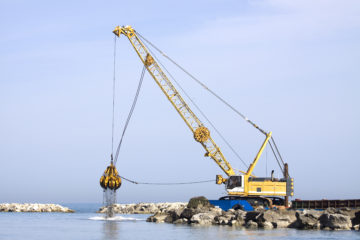 TOP 10 SAFETY TIPS FOR WORKING WITH MARINE CRANES AND DERRICKS ON THE WATER